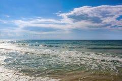 Het overzees op een zonnige winderige dag stock afbeeldingen