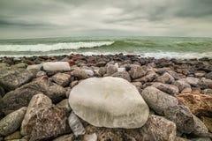Het overzees is rusteloos, bewolkt weer royalty-vrije stock foto