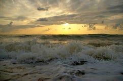 Het overzees tegen een zonsondergang Stock Afbeeldingen