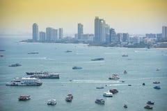 Het overzees van het baaigebied met veerboot en toeristenreismening de bouw achtergrondoriëntatiepunt in de Pattaya-stad stock afbeelding