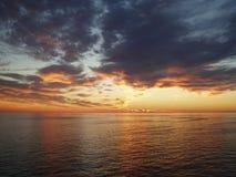 Het overzees van de de hemelwolk van de zonsondergang Stock Foto's