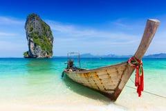 Het overzees van de de zomerreis van Thailand, Thais oud houten boot op zee strand Krabi Phi Phi Island Phuket royalty-vrije stock afbeeldingen