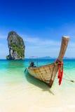 Het overzees van de de zomerreis van Thailand, Thais oud houten boot op zee strand Krabi Phi Phi Island Phuket Stock Foto's