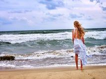 Het overzees van het de zomermeisje gaat op water stock foto's