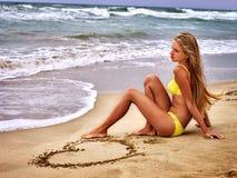 Het overzees van het de zomermeisje kijkt op water royalty-vrije stock foto