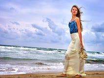 Het overzees van het de zomermeisje kijkt op water royalty-vrije stock afbeelding