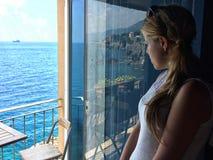 Het overzees van het meisjeshorloge van het balkon Royalty-vrije Stock Afbeeldingen