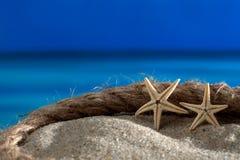 Het overzees van het twee zeesterren ropek strand Royalty-vrije Stock Foto's
