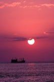 Het overzees van het zonsondergangschip Stock Afbeelding