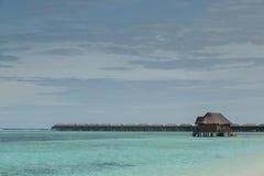 Het overzees van Indische Oceaan met watervilla's en waterbungalow op het stock foto's