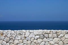 Het overzees voorbij de muur Royalty-vrije Stock Fotografie