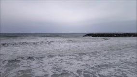 Het overzeese golven breken stock video