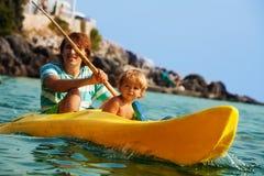 Het overzeese kayaking met kinderen Stock Afbeeldingen