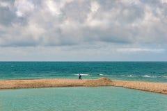 Het overzeese lagune en mensen lopen Stock Foto's