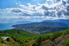 Het overzeese landschap van de berg en Stock Afbeeldingen