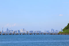 Het overzeese strand met blauwe hemel en wolk en bergen in Pattaya Royalty-vrije Stock Foto