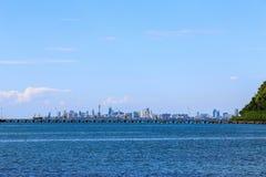 Het overzeese strand met blauwe hemel en wolk en bergen in Pattaya Royalty-vrije Stock Afbeelding