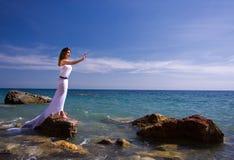 Het overzeese strand van de vrouw en Stock Foto's