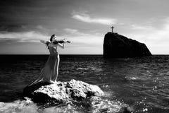 Het overzeese strand van de vrouw en royalty-vrije stock afbeelding