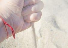 Het overzeese zand uitgieten van de hand stock fotografie