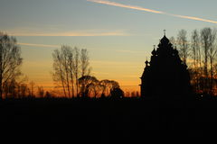 Het overzicht van de Kerk bij zonsondergang, godsdienst, Christian Church, gele en blauwe hemel, de overzichten van de bomen stock foto