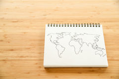 Het overzicht van de wereldkaart op notitieboekje stock foto's