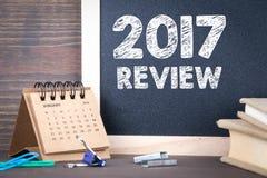 het overzicht van 2017 document kalender en bord op een houten lijst Royalty-vrije Stock Fotografie
