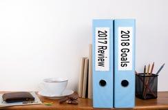 het overzicht van 2017 en 2018 doelstellingen Twee bindmiddelen op bureau in het bureau Bedrijfs achtergrond Stock Foto