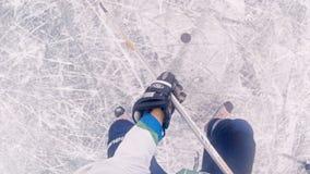 Het overzicht van het hockeyspel met een actie pakte camera op het hoofd van een hockeyspeler in stock footage