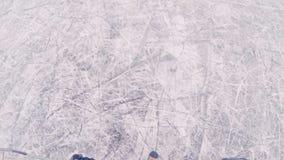 Het overzicht van het hockeyspel met een actie pakte camera op het hoofd van een hockeyspeler in stock videobeelden