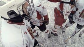 Het overzicht van het hockeyspel met een actie pakte camera op het hoofd van een hockeyspeler in stock video
