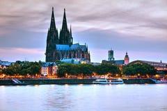 Het overzicht van Keulen na zonsondergang stock afbeeldingen
