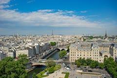 Het overzicht van Parijs vanaf de bovenkant van Notre Dame stock fotografie