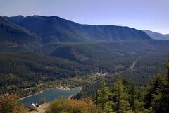 Het overzien van bergvallei Stock Afbeelding