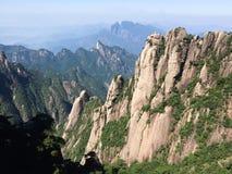 Het overzien van de bergen stock afbeelding