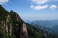 Het overzien van de bergen stock afbeeldingen