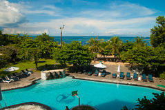 Het overzien van de pool en het overzees van de hogere vloeren van het hotel Royalty-vrije Stock Foto's