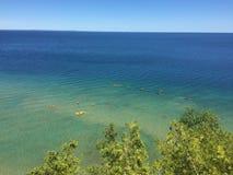 Het overzien van een groot meer met bomen en zand onderaan royalty-vrije stock afbeeldingen