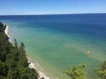 Het overzien van een groot meer met bomen en zand onderaan royalty-vrije stock foto's