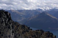 Het overzien van een rots bij de bovenkant van Remarkables dichtbij Queenstown, Nieuw Zeeland stock afbeeldingen