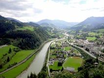 Het overzien van het dorp van Werfen Stock Foto's