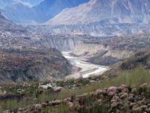 het overzien van Hunza-rivier in de Vallei van prestinehunza, Karakoram-Weg, Pakistan stock foto's