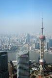 Het overzien van Shanghai Lujiazui met de oosterse toren van pareltv Stock Afbeeldingen