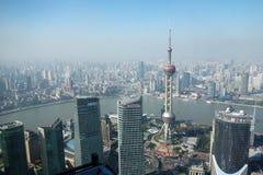 Het overzien van Shanghai Lujiazui met de oosterse toren van pareltv Stock Afbeelding