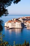 Het overzien van stadsmuren van oude stad van Dubrovnik Stock Foto's