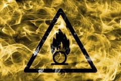 Het oxyderende teken van de de waarschuwingsrook van het materialengevaar Het driehoekige teken van het waarschuwingsgevaar, rook Stock Foto's