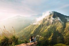 Het paar begroet de zonsopgang in de bergen royalty-vrije stock fotografie