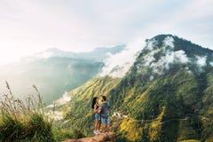 Het paar begroet de zonsopgang in de bergen royalty-vrije stock afbeelding