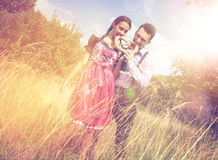 Het paar in Beierse kleren eet buiten een brezel Royalty-vrije Stock Foto