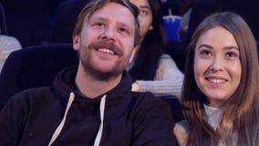 Het paar bekijkt elkaar bij de bioscoop stock videobeelden